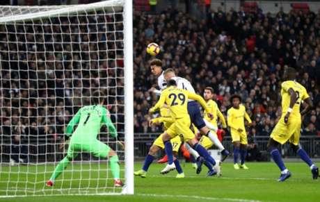 O momento da cabeçada de Dele Alli, que resultou no primeiro gol do Tottenham