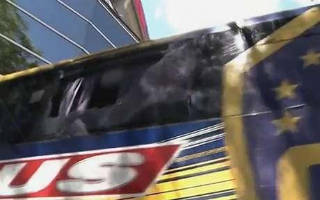 Vidros do ônibus do Boca Juniors foram quebrados (Foto: Reprodução)