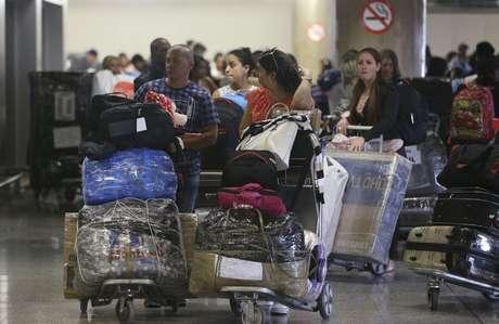 Médicos cubanos deixam o aeroporto de Brasília