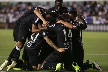 Jogadores do Atlético-MG comemoram gol de Ricardo Oliveira