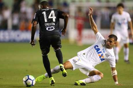 Derlis González e Emerson disputam a bola