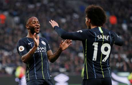 Sterling e Sané comemoram gol do Manchester City