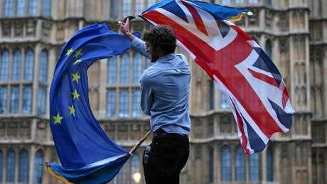 A União Europeia e o Reino Unido acabam de assinar um acordo que prevê os termos da saída dos britânicos do bloco regional
