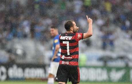 Éverton Ribeiro comemora gol
