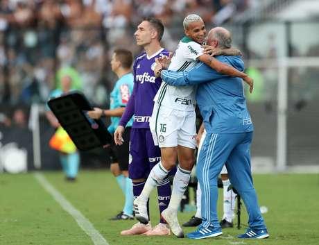 Deyverson e Felipão comemoram o gol do Palmeiras