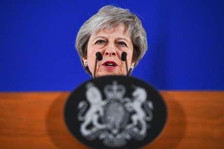 A primeira-ministra da Grã-Bretanha, Theresa May, em entrevista coletiva após cúpula extraordinária de líderes da UE para finalizar e formalizar o acordo Brexit em Bruxelas, na Bélgica.