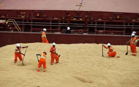 Funcionários trabalham em navio de carga chinês carregado com soja no Porto de Santos, Brasil 132/03/2017 REUTERS/Paulo Whitaker
