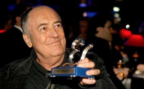 Bertolucci segura troféu de homenagem que recebeu no festival de Estoril