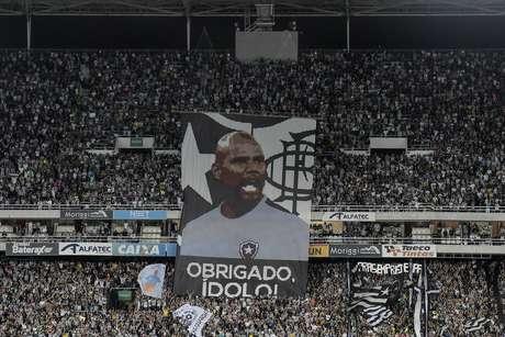 O goleiro Jefferson, do Botafogo, é homenageado antes do início da partida contra o Paraná
