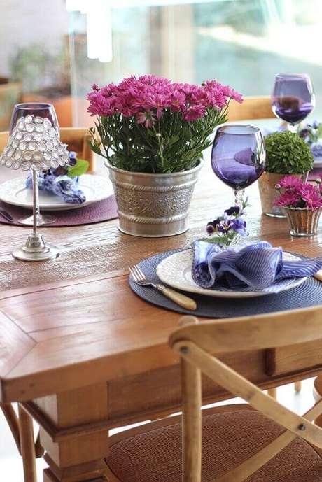 26- O crisântemo são plantas para dentro de casa que possui flores coloridas, porém precisam de local com muita luz. Fonte: Blog Isa Maiolino