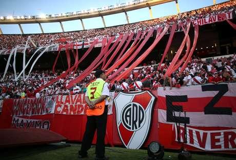 Estádio Monumental de Núñez no dia em que seria realizada a partida de volta da final da Libertadores, adiada após o ataque ao ônibus do Boca Juniors