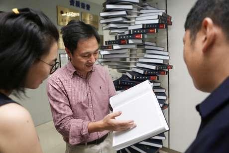 Cientista He Jiankui mostra livro sobre genoma humano em Shenzhen, na China 04/08/2016  REUTERS/Stringer
