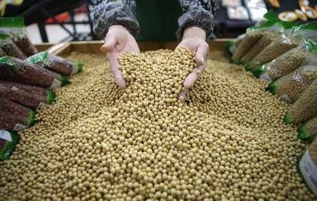 Funcionário separa grãos de soja em supermercado na província de Hubei, na China 14/04/2014 REUTERS/Stringer
