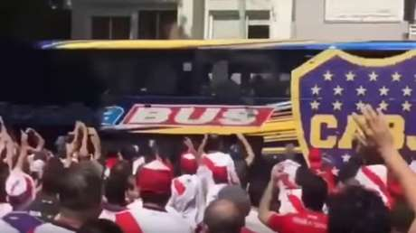 Torcedores do River atacaram ônibus do Boca perto do Estádio Monumental de Núñez (Frame: Reprodução/internet)