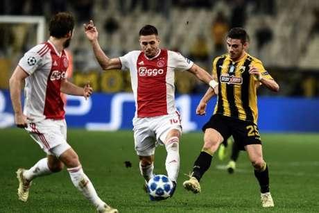Tadic fez os dois gols do Ajax na partida (Foto: Aris Messinis / AFP)
