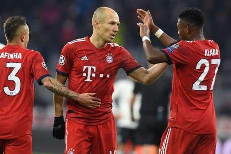Rafinha (à esquerda) comemora um dos gols de Robben na goleada do Bayern (Foto: Christof Stache / AFP)