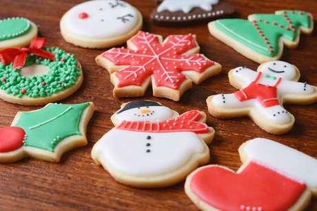 Biscoitos decorados de Papai Noel e flocos de neve para o Natal