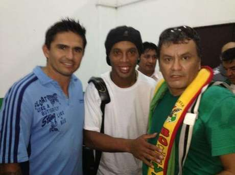 Etcheverry, o carrasco boliviano, ao lado de Ronaldinho