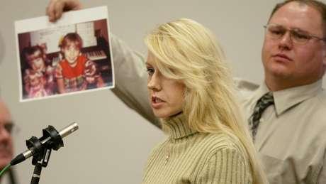 A irmã de uma das vítimas do chamado 'Assassino de Green River', Debra Estes, presta depoimento durante julgamento de Gary Ridgway