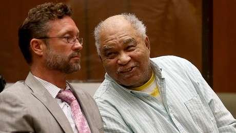 Samuel Little (à dir.) foi condenado a três penas de prisão perpétua em 2014 pelo assassinato de três mulheres na Califórnia.