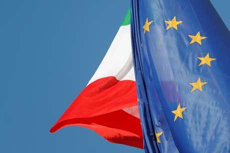 Bandeiras da Itália e União Europeia são vistas em Roma 19/10/2018  REUTERS/Alessandro Bianchi