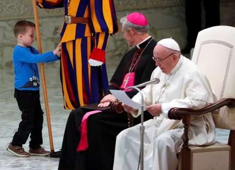 Menino escapa da mãe e sobe no palco onde o papa Francisco discursava