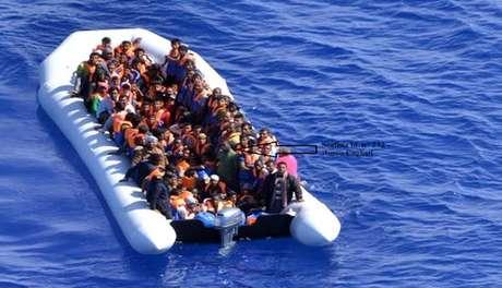 Bote inflável com migrantes no Canal da Sicília, no Mediterrâneo