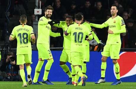 Jogadores do Barcelona comemoram gol contra o PSV