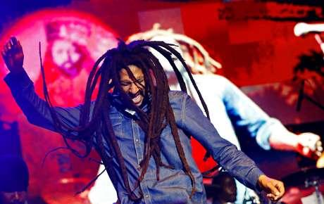 Julian Marley, filho do ícone Bob Marley, se apresenta em um show em celebração ao aniversário dos 69 anos do seu pai em Kingston, em 2014