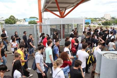 Estudantes chegam para prova do segundo dia do Enem, na Unip em Campinas (SP)