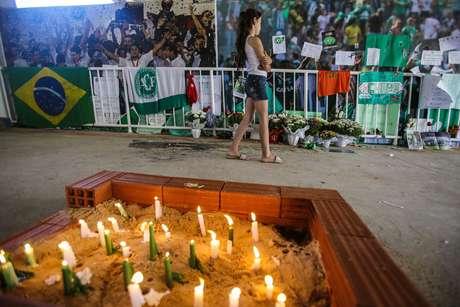 Torcida presta em homenagem às vítimas da queda do voo da Chapecoense que caiu em 28 de novembro de 2016 (Imagem de 30/11/2016)