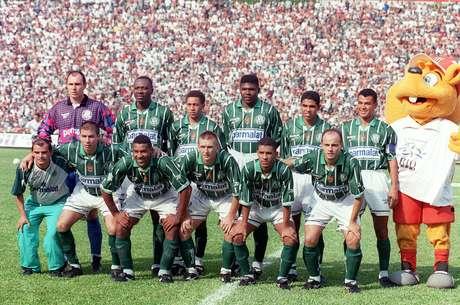 Os jogadores do Palmeiras em pé (da esquerda para a direita): o goleiro Velloso, o colombiano Rincón, Júnior, Cléber, Wagner e Cafu - Agachados: Luizão, Viola, Galeano, Djalminha e Leandro, antes da partida contra o Santos FC, válida pelo Campeonato Paulista de 1997.