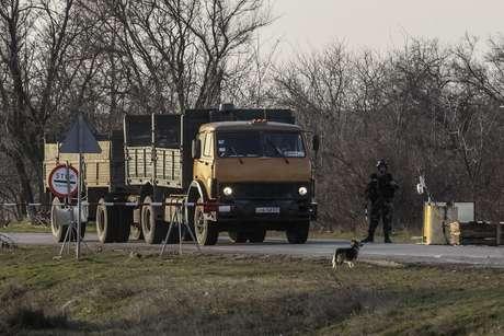 Soldado ucraniano em ponto de verificação perto da fronteira com a Crimeia 11/03/2014 REUTERS/Valentyn Ogirenko