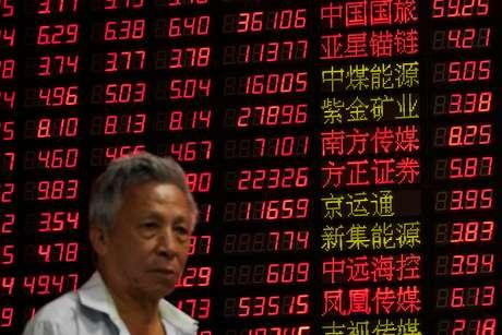 Investidor observa índices acionários em casa de corretagem em Xangai, na China 07/09/2018 REUTERS/Aly Song