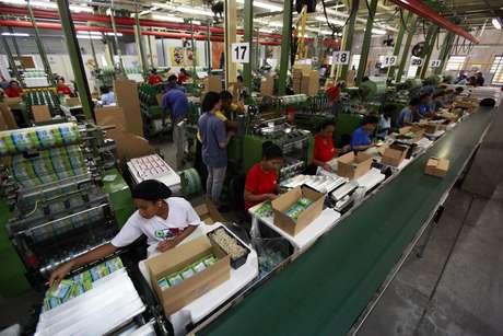 Funcionários trabalham em fábrica em São Paulo 05/05/2014 REUTERS/Paulo Whitaker