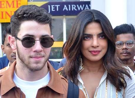Atriz indiana Priyanka Chopra e cantor Nick Jonas desembarcam no aeroporto de Jodhpur 29/11/2018 REUTERS/Stringer
