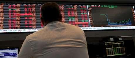Operador monitora painel de cotações da bolsa paulista. 10/009/2015. REUTERS/Paulo Whitaker.