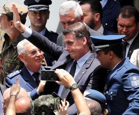 Presidente eleito, Jair Bolsonaro, acena ao participar de formatura militar em Guaratinguetá (SP)