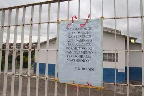 Cartaz avisa que posto de saúde em Campinas (SP) não terá agendamento de consultas por falta de médicos