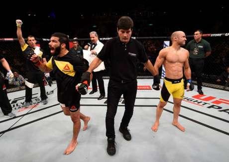 Na primeira luta, no Rio de Janeiro, Raphael Assunção superou o compatriota Marlon Moraes (Foto: Getty Images)