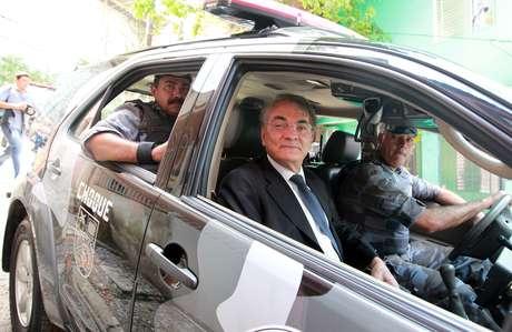 O ex-secretário de Segurança Pública de SP, Antonio Ferreira Pinto, acompanhado de policiais militares