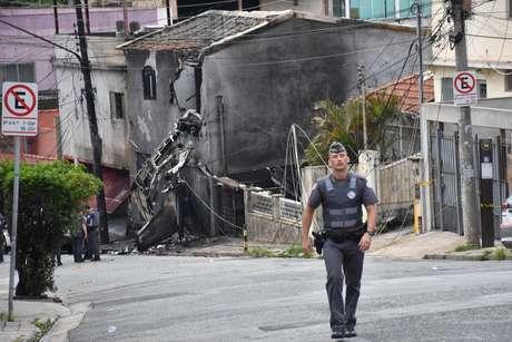 Avião atingiu casas na região do Campo de Marte, em São Paulo