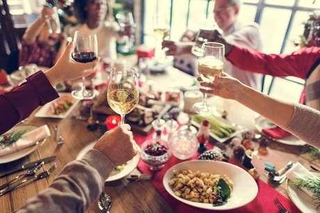 Familiares e amigos brindando durante a ceia de Natal