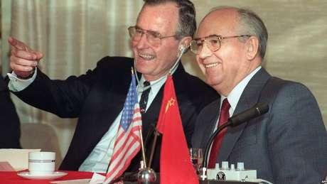À medida que o comunismo entrava em colapso na Europa Oriental, Bush estreitou as relações com a União Soviética de Mikhail Gorbachev - descrita por seu antecessor, Ronald Reagan, como o 'império do mal'