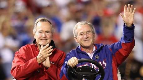 Seu filho George W Bush também se tornaria presidente em 2001 e protagonizaria uma nova invasão dos EUA ao Iraque