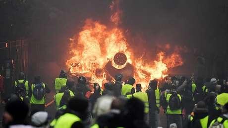 Manifestantes colocaram fogo em carros e edifícios
