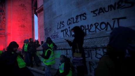 Uma pixação no Arco do Triunfo diz: 'os coletos amarelos triunfarão'