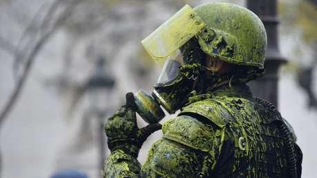 Alguns membros das forças de segurança foram atingidos com tinta amarela