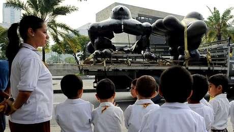 Em 1995, uma bomba explodiu num parque em Medellín, matando 20 pessoas e destruindo uma escultura de Botero, intitulada 'El Pájaro'. As suspeitas recaem sobre Escobar. Na foto, a escultura destruída e outra feita por Botero para substituí-la