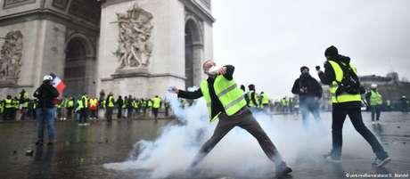 Confrontos ocorreram nas imediações do Arco do Triunfo, no centro de Paris